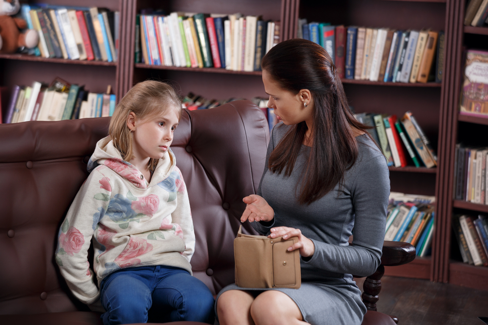Những tật xấu xuất hiện ở trẻ nhỏ ngày càng nhiều và càng sớm. Ăn trộm là một trong những hành vi đó, đương nhiên cha mẹ sẽ không thể chấp nhận được việc này, họ có thể cảm thấy sốc hoặc xấu hổ. (Ảnh: Shutterstock)