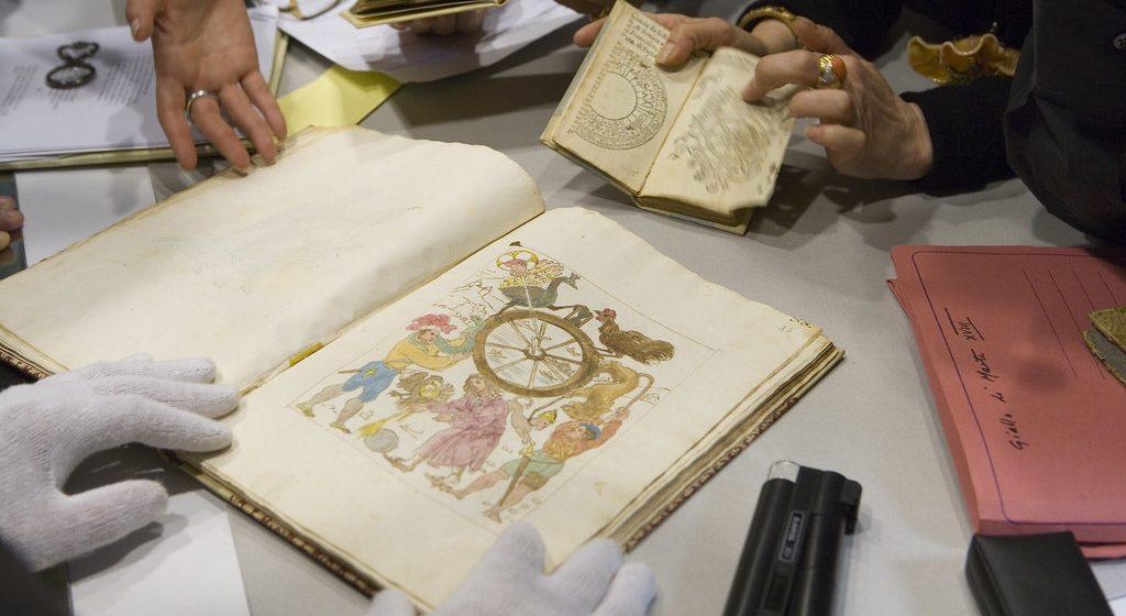 """""""Cuốn sách thất lạc của Nostradamous"""" được phát hiện và nghiên cứu."""