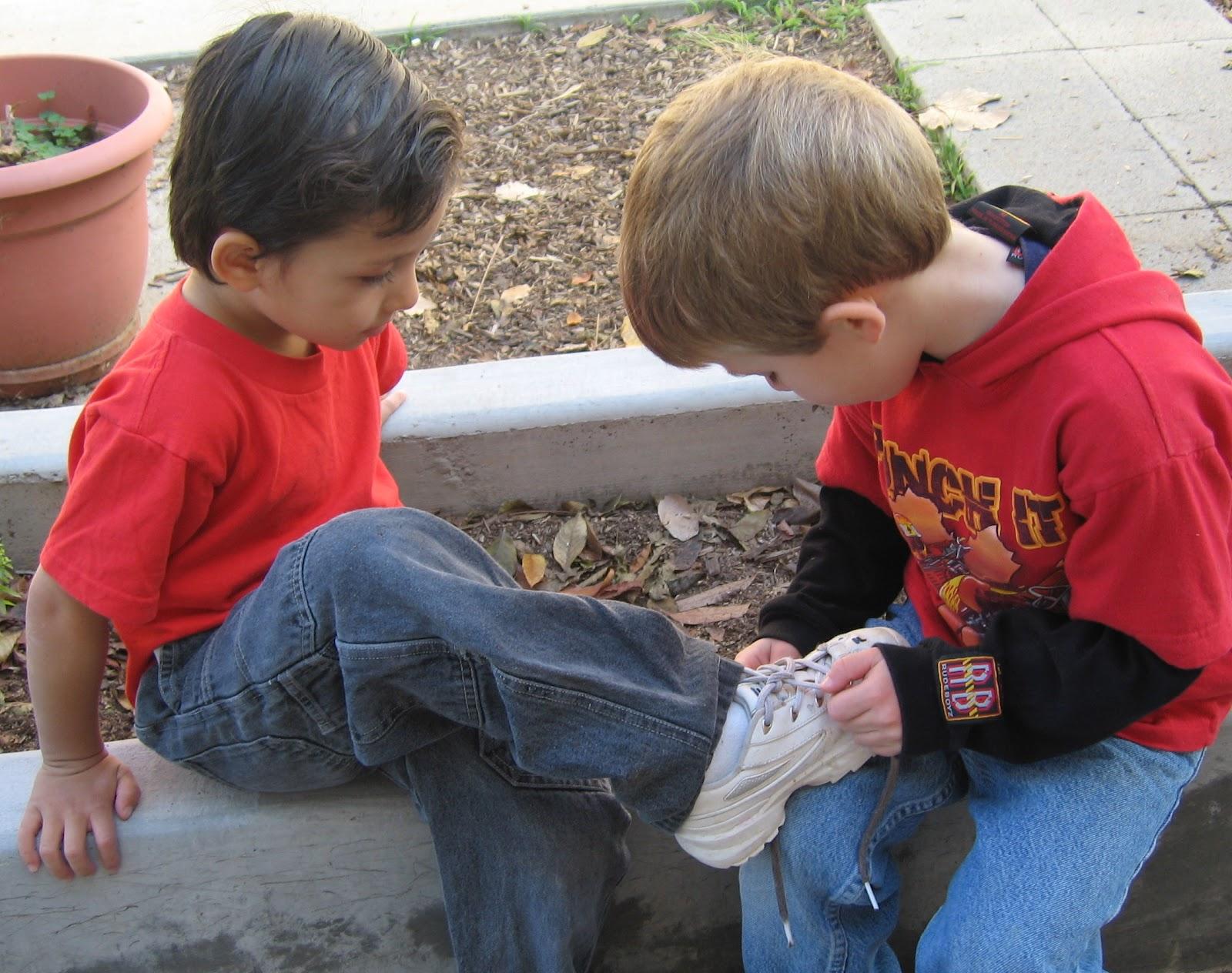 Kết quả hình ảnh cho trẻ con giúp đỡ người khác