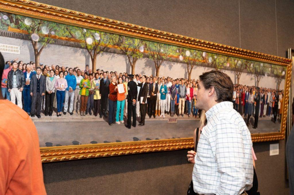 Khách tham quan tại triển lãm chung kết Cuộc thi vẽ tranh quốc tế NTD lần thứ 5 tại Câu lạc bộ Salmagundi ở New York vào ngày 26 tháng 11 năm 2019. (Ảnh: The Epoch Times)