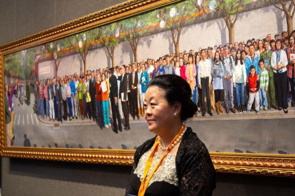 Haiyan Kong đứng cạnh bức tranh đạt giải Vàng của Cuộc thi. (Ảnh: The Epoch Times)