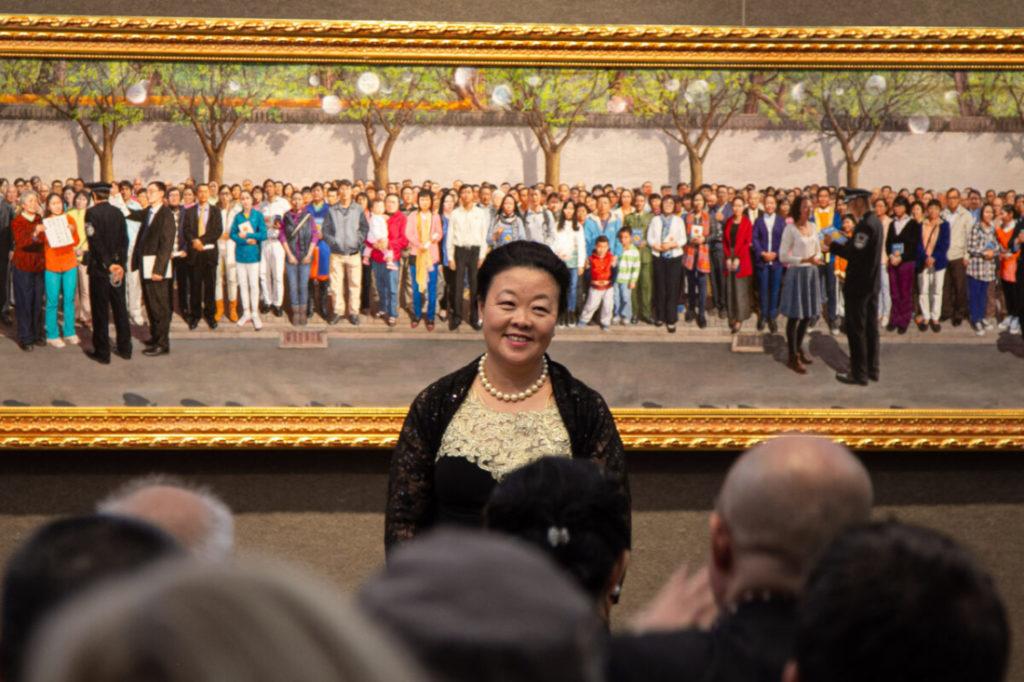 """Haiyan Kong đã giành giải Vàng trong Cuộc thi Vẽ Quốc tế của đài NTD lần thứ 5 với tác phẩm """"Ngày 25 tháng 04 năm 1999"""" tại câu lạc bộ Salmagundi, New York vào ngày 26/11/2019. (Ảnh: The Epoch Times)"""