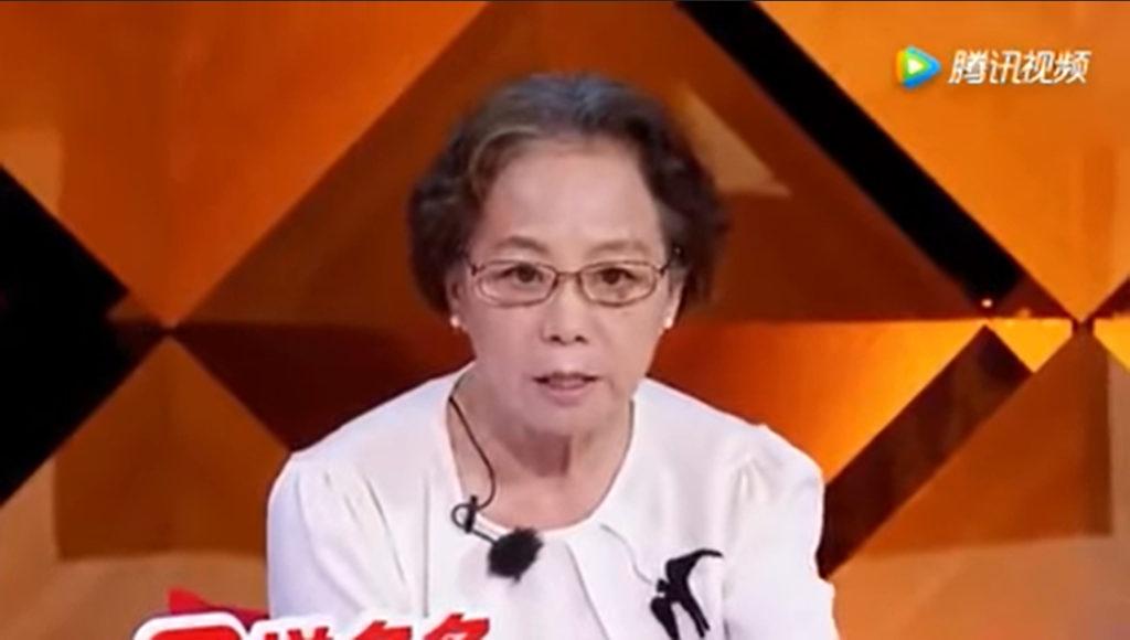 Mẹ của Chu Vũ Thần chấp nhận vai trò như một 'người hầu'. Bà can thiệp vào mọi khía cạnh cuộc sống của con trai, đến cả vấn đề tình cảm bà cũng muốn kiểm soát và thay con quyết định. (Ảnh chụp video)