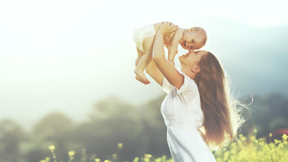 Ban đầu, cha mẹ sẽ cố hết sức để nâng con diều lên, chỉ mong sao nó có thể suôn sẻ bay lên lên trời xanh. Cho đến khi con diều bắt đầu bay trơn tru, họ lại trở nên thận trọng. (Ảnh: Shutterstock)