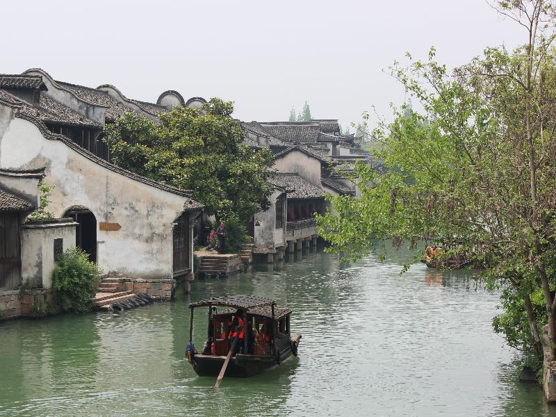 Mùa đông năm Bính Thìn, có một vợ chồng nọ lớn tuổi dẫn theo gia đình từ Dương Châu thuận thuyền qua sông tiến về hướng nam.