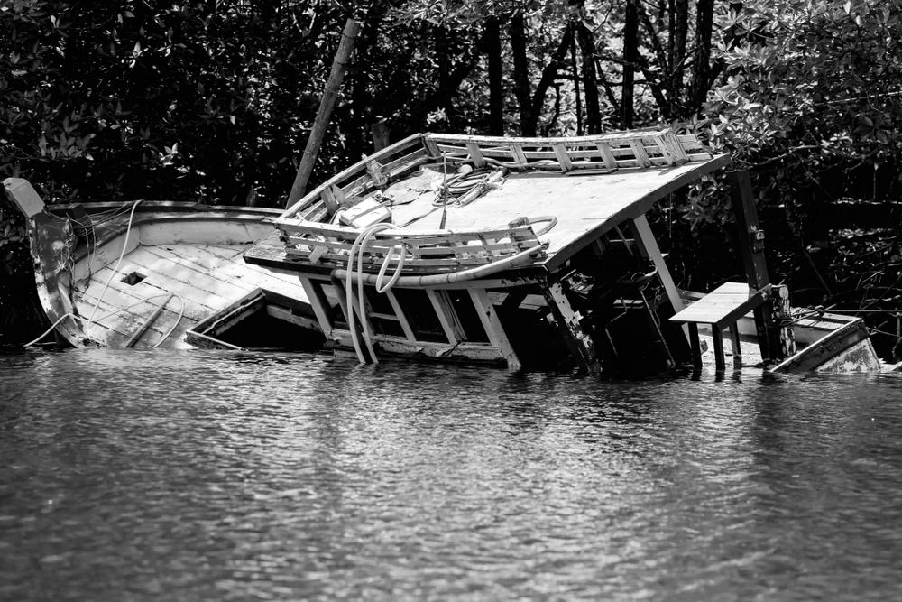 Nửa phần đầu thuyền vẫn nổi trên mặt nước, Mậu Giáp vẫn đang niệm Phật ở trên boong, nghe tiếng sét đánh vài hồi, quay đầu lại nhìn chỉ thấy Lý tổng đã bị đánh chết, một nửa thuyền sau bị chìm