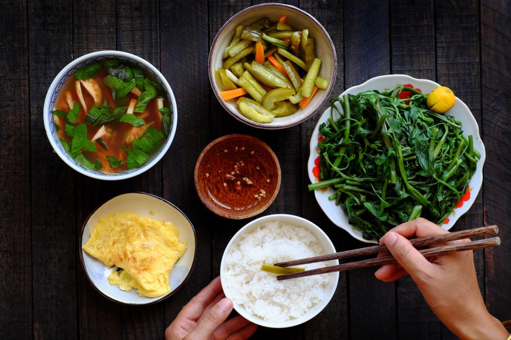 Cho dù chỉ là một bữa ăn, chỉ cần nhìn vào bát cơm hay đôi đũa cũng sẽ thấu tỏ nhân phẩm của họ.
