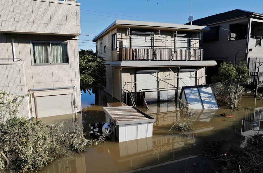 Một khu phố khác ở Kawasaki ngập đến tầng 2 các ngôi nhà nhưng cũng hoàn toàn không có bóng dáng của rác.  Ảnh: Reuters.