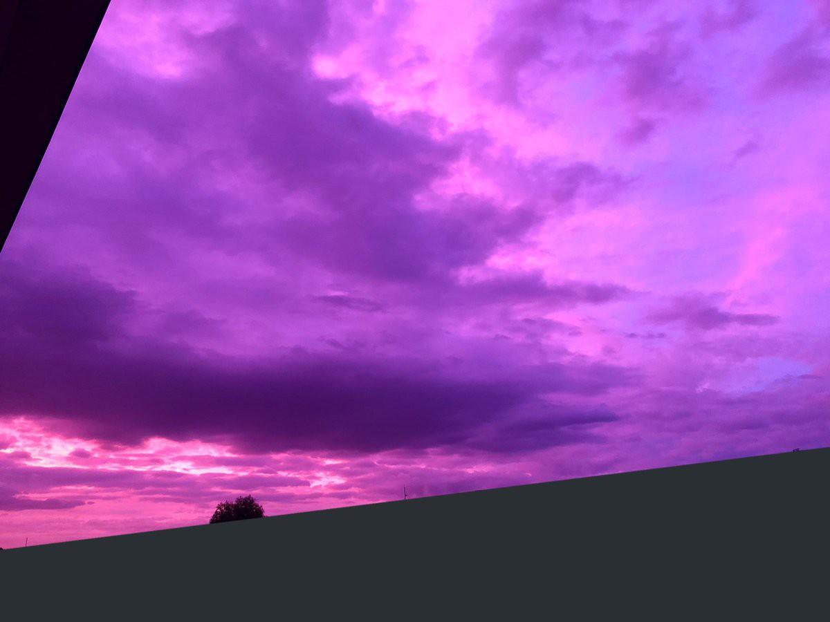 Hình ảnh bầu trời chuyển sang màu tím kì lạ được người dân Nhật Bản đồng loạt chia sẻ lên Twitter