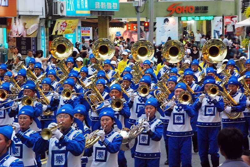 Một số hình ảnh Thiên Quốc Nhạc Đoàn trên thế giới mừng lễ Giáng Sinh – Thiên Quốc Nhạc Đoàn Đài Loan hùng hậu trong lễ diễu hành Giáng Sinh. (Ảnh: Internet)